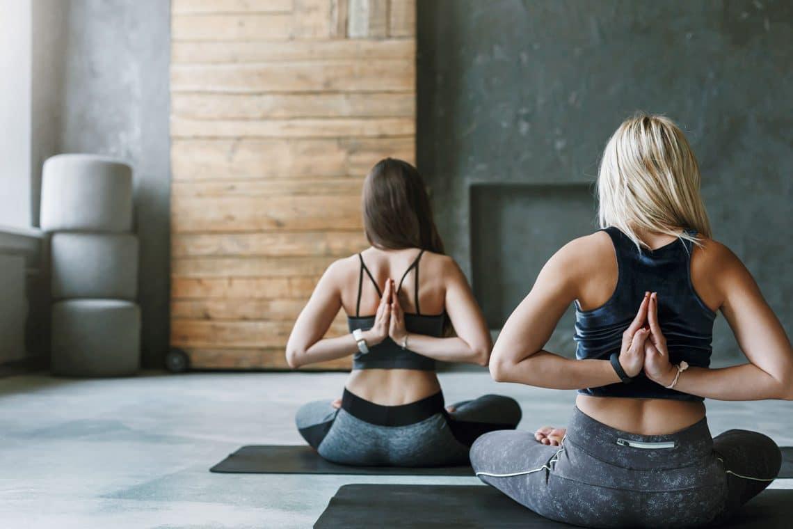 Dos chicas practicando Hatha yoga