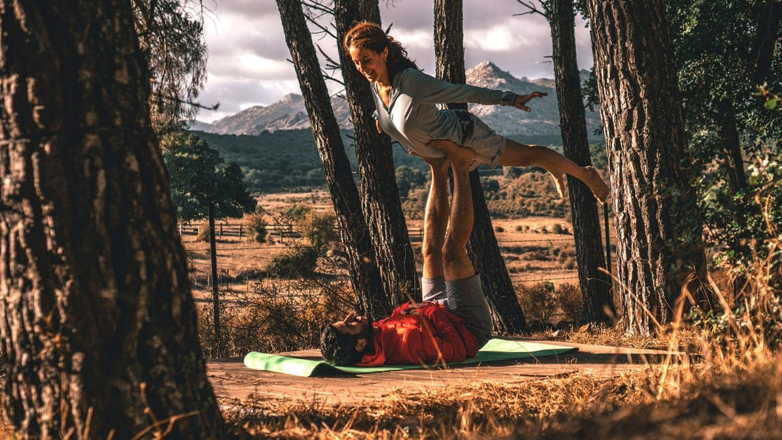 Practica de Acro Yoga en exterior