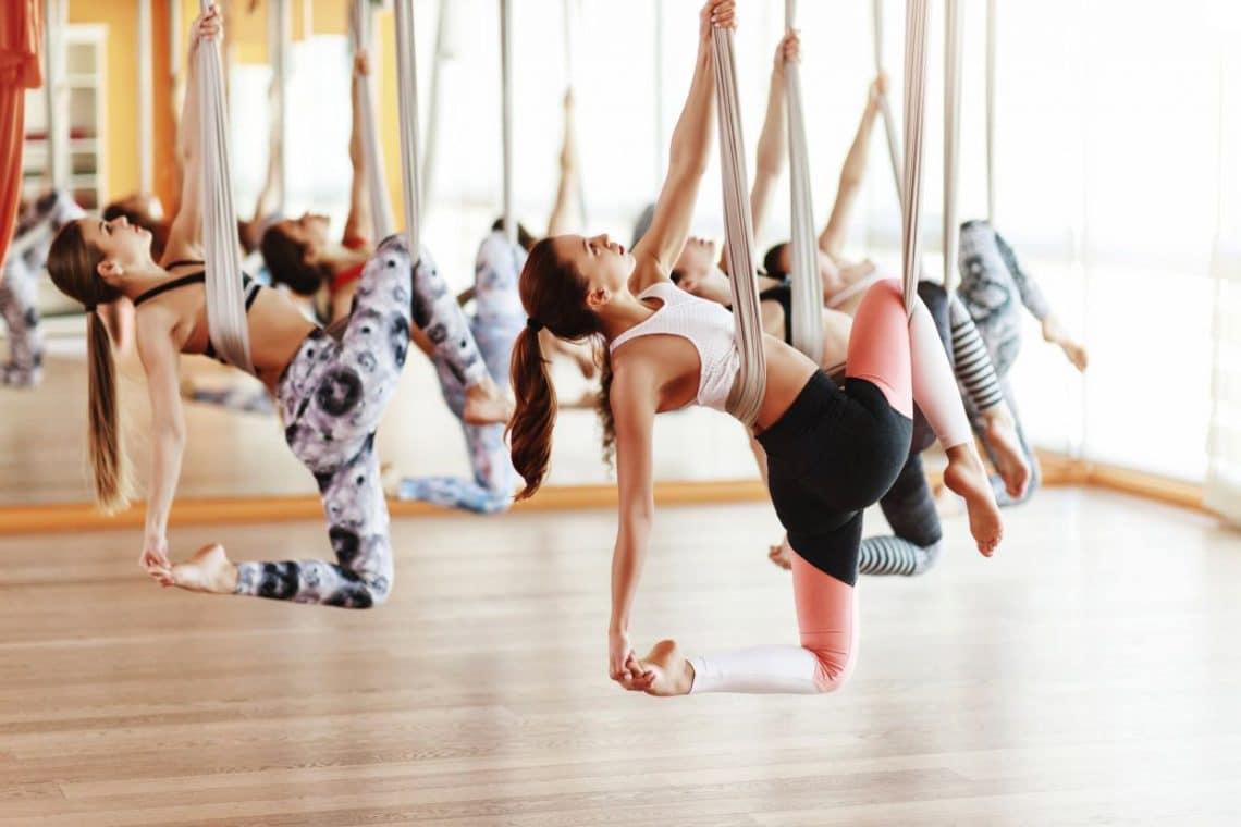 Grupo de chicas haciendo Aero Yoga