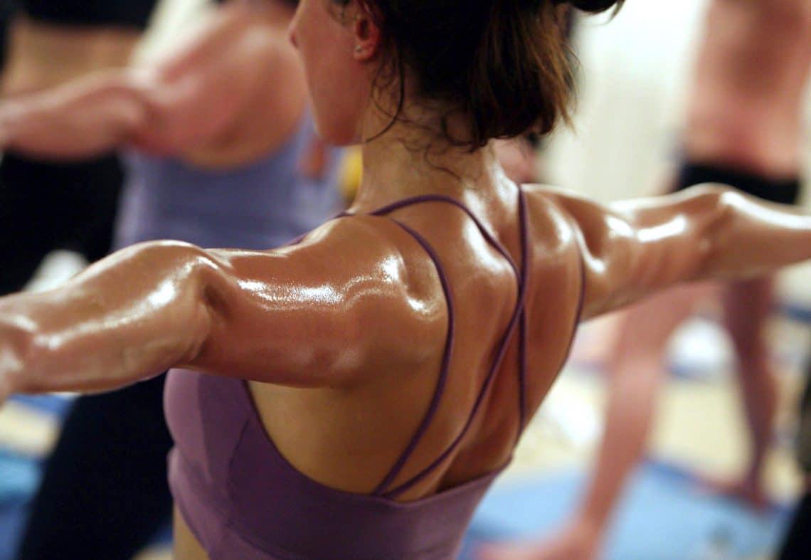 Clase de hot yoga brikram