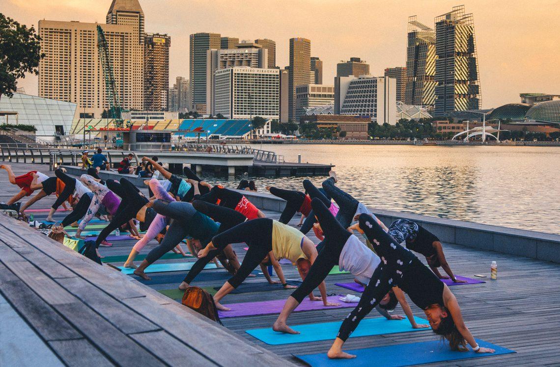 Grupo haciendo clase de Power Yoga