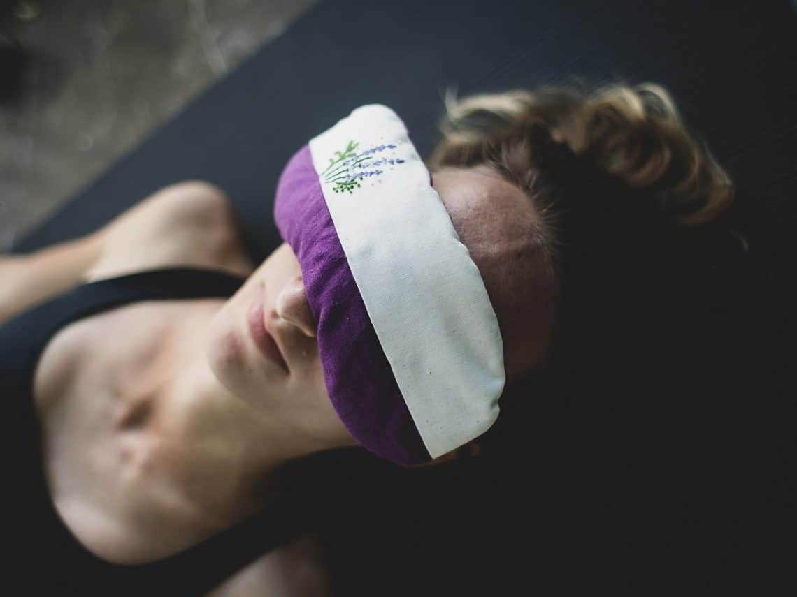 Chica en clase de Yoga nidra