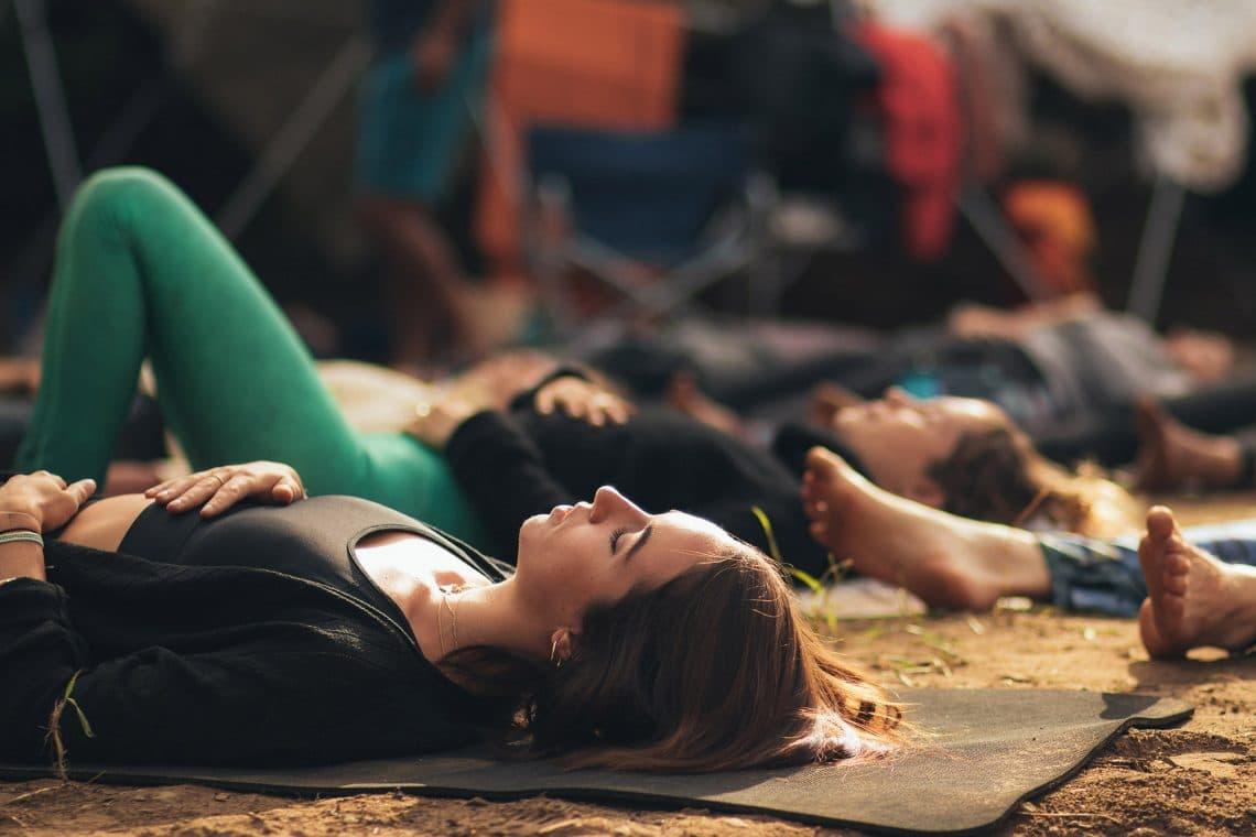 Practica de yoga nidra en exterior