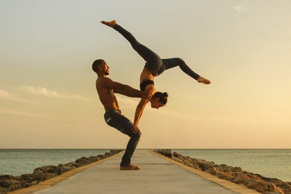 Pareja practicando Acro Yoga