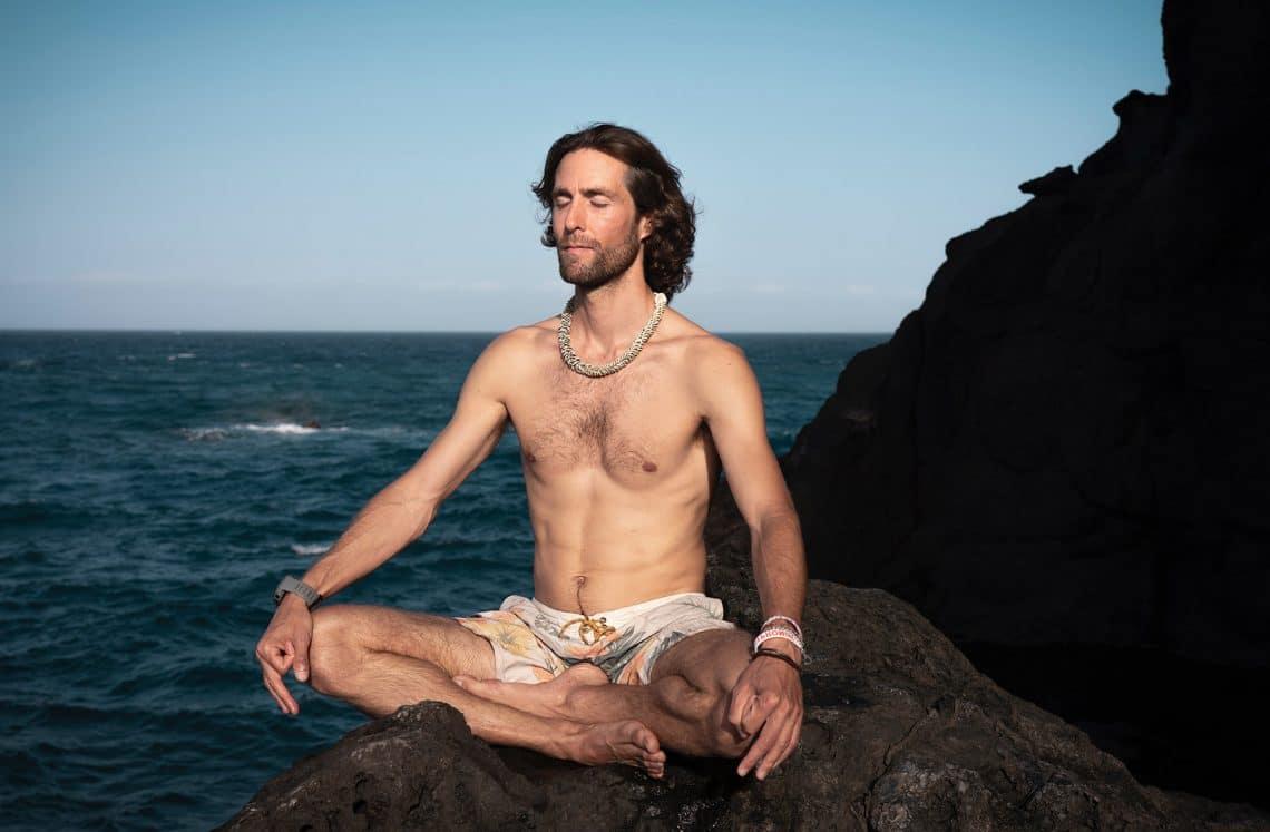hombre meditando en el mar
