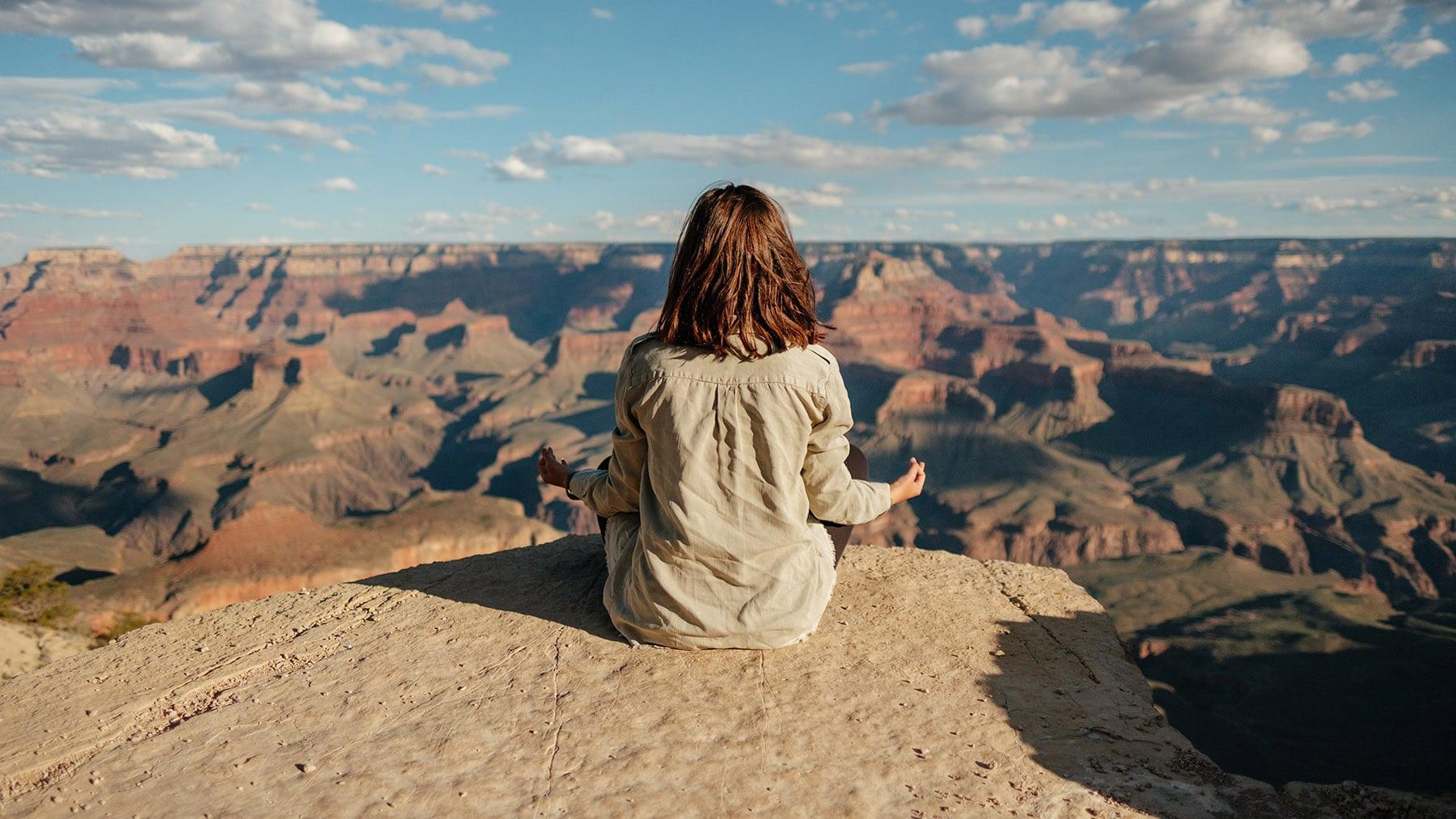 chica meditando en exterior