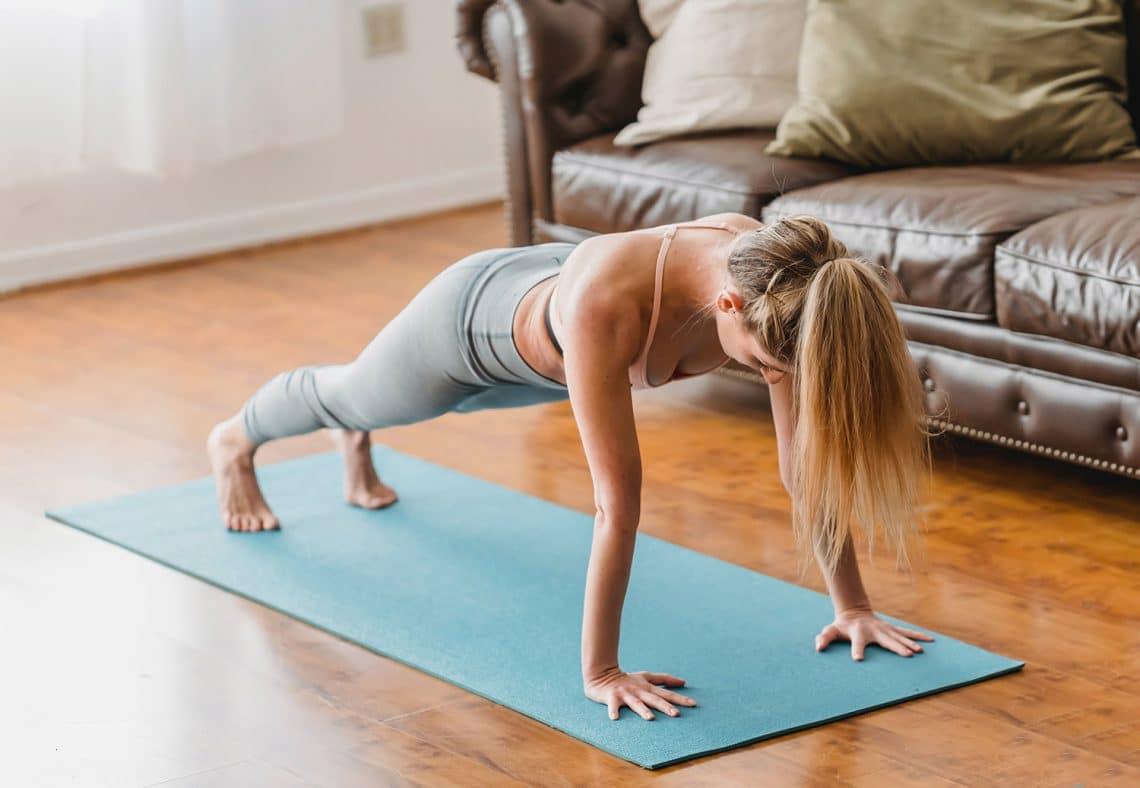 mujer en posición de plancha