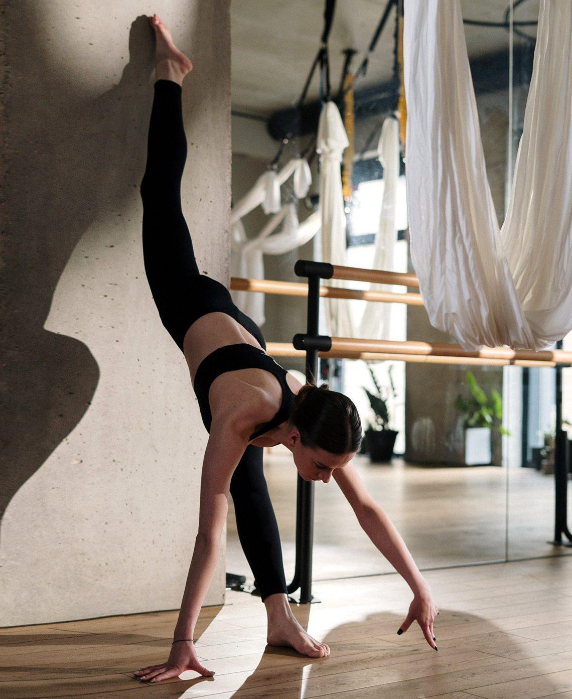 mujer practicando split vertical